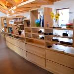 Bibliothèque et charpente apparente en bois